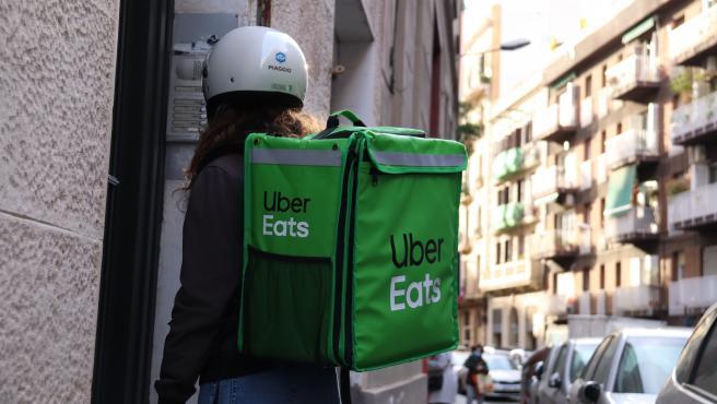 Una repartidora a domicilio en Barcelona.