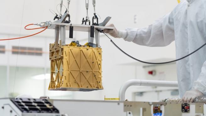 Los técnicos de la NASA introducen a MOXIE en el interior del Perseverance.