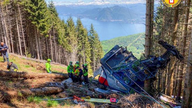 Servicios de rescate de montaña de Italia en el lugar donde se ha estrellado la cabina de un teleférico alpino.