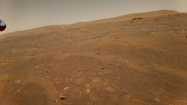 Esta imagen fue tomada por Ingenuity a 10 metros de altura en Marte durante su sexto vuelo.