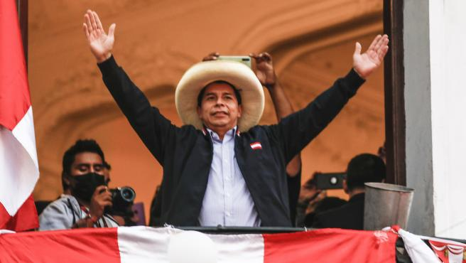 El candidato presidencial de Perú Libre, Pedro Castillo, saluda a sus seguidores.