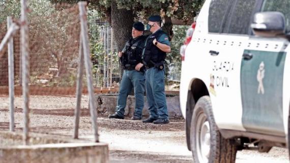 La Guardia Civil registrando una finca ubicada en ese término municipal en compañía del detenido, David S.O.