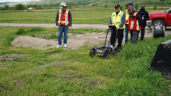 Técnicos operan un radar de penetración con el que se localizaron 751 tumbas sin identificar en los terrenos de la antigua residencia escolar para niños indígenas de Marieval, en Saskatchewan (Canadá).