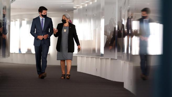 El primer ministro de Canadá, Justin Trudeau, con la nueva gobernadora general del país, la indígena Mary Simon.