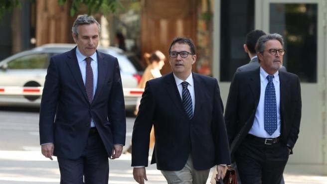 El director de la Oficina de Carles Puigdemont, Josep Lluís Alay (primero por la izquierda), que fue detenido en Alemania cuando acompañaba a Puigdemont, llegando a la Audiencia Nacional.
