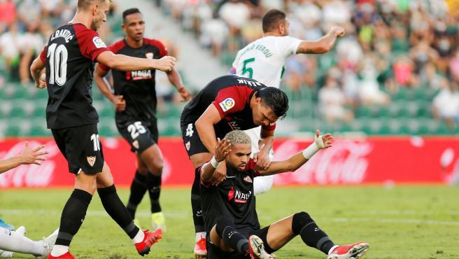 El sevillista En Nesyri celebra un gol con varios de sus compañeros.