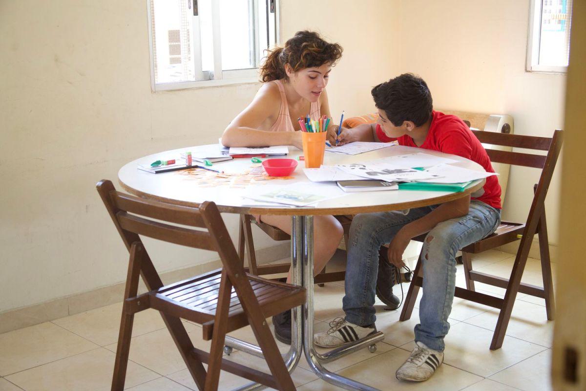 Un alumno, concentrado, en una de las clases personalizadas.