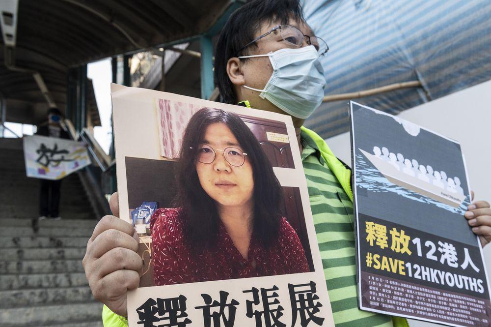 Un activista sostiene un cartel con una imagen de Zhang Zhan, este lunes, en Hong Kong.