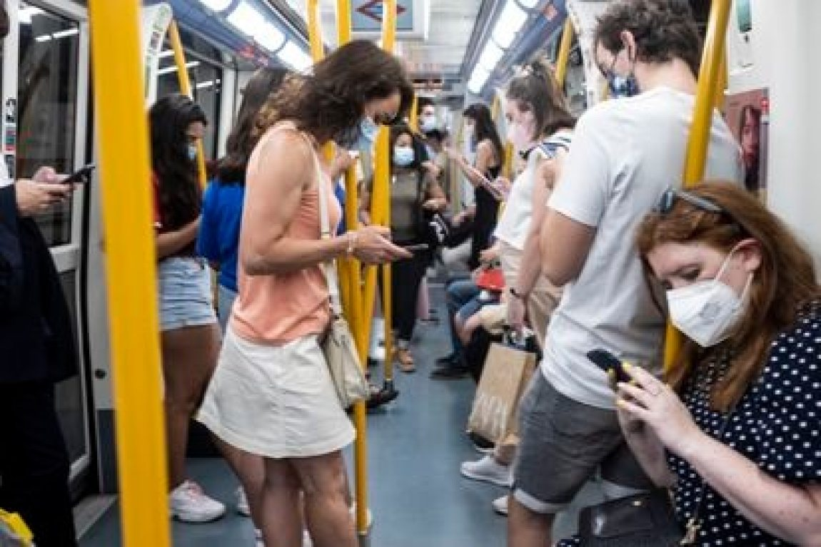 People looking at their phones in a Madrid subway car, this Thursday.