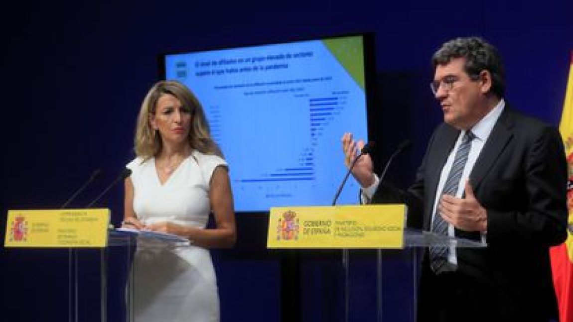 The Third Vice President and Minister of Labor, Yolanda Díaz, together with the Minister of Inclusion, Social Security and Migrations, José Luis Escrivá, during the press conference offered this Friday to communicate the data on registered unemployment and Social Security affiliation of June.