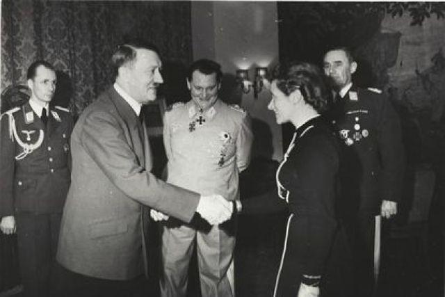 Hanna Reitsch recibe la Cruz de Hierro de manos de Hitler, en presencia de Goering, en 1941.