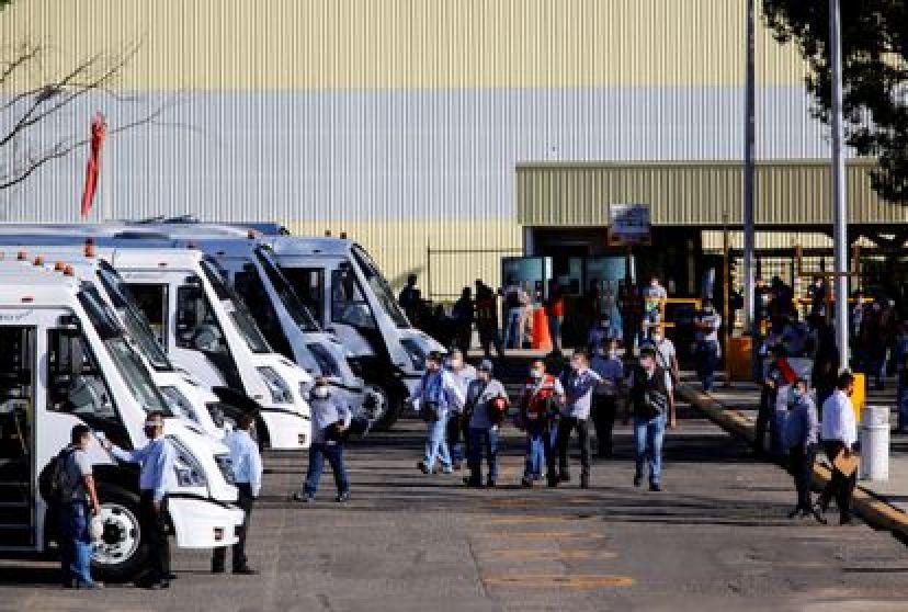 Trabajadores se van después de terminar su turno en la planta de GM en Silao en 2020. REUTERS / Sergio Maldonado
