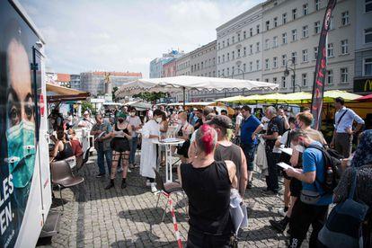 Varias personas esperan para vacunarse en Berlín, el 16 de julio.