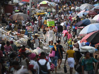 Decenas de personas en un mercado en Puerto Príncipe, el 11 de julio.