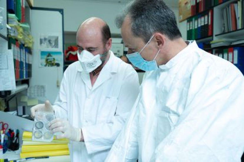 El investigador Juan García Arriaza y el ministro Pedro Duque, en el Centro Nacional de Biotecnología, en Madrid, el 16 de abril.