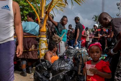 Haitian migrants wait for help at one of the Necoclí points.