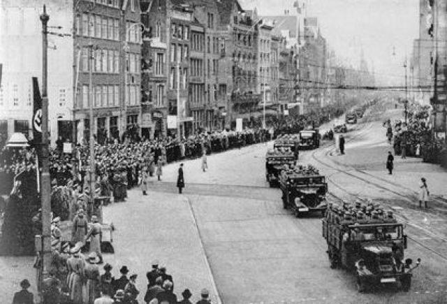 Tropas nazis desfilan por las calles de Ámsterdam en 1940. (Getty Images).