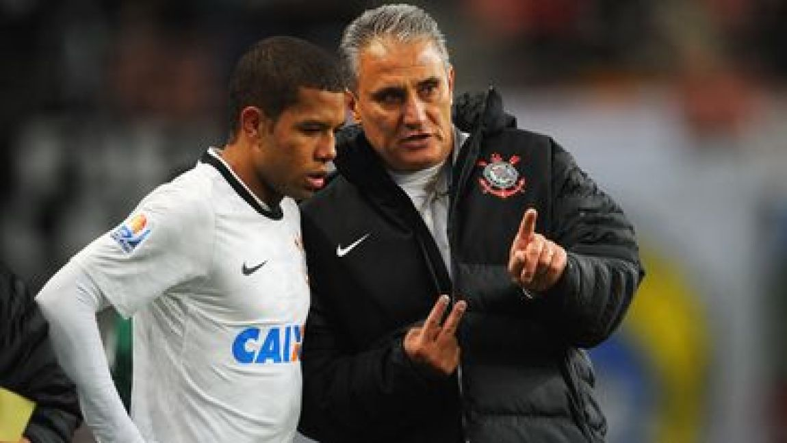 Tite speaks Guilherme Andrade, during a Cortinthians match at the Club World Cup, in December 2012.