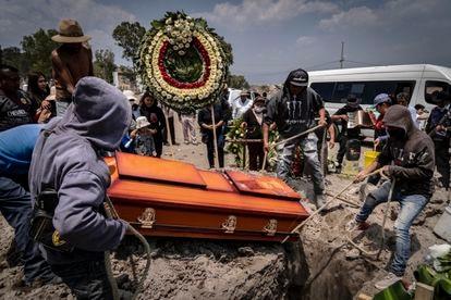 Familiares de Lorenzo Islas bajan el ataúd en el panteón municipal de Valle de Chalco, Estado de México.