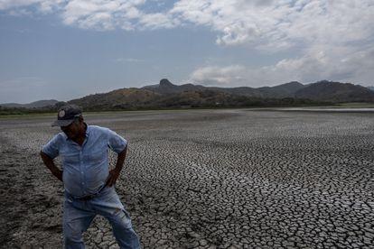 El pescador Mariano Tribuna observa el deterioro en la laguna Farallón en Veracruz.