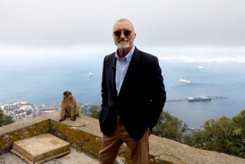 El escritor Arturo Pérez Reverte, con la bahía de Algeciras de fondo, durante la presentación en Gibraltar de su novela 'El italiano'.