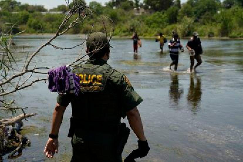 Un agente de la patrulla fronteriza observa el cruce de inmigrantes en el río Bravo, en Texas, el pasado 15 de junio.