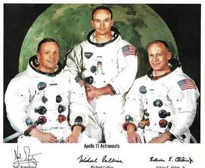 Neil Armstrong, Michael Collins y Buzz Aldrin en una foto dedicada para la Cofradía de la Virgen de Luna