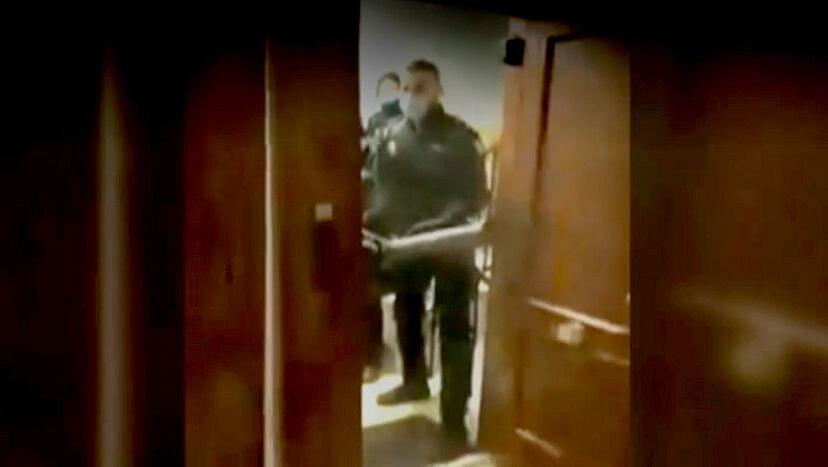 La policía se ampara en una orden interna para entrar en domicilios con fiestas ilegales | España | EL PAÍS