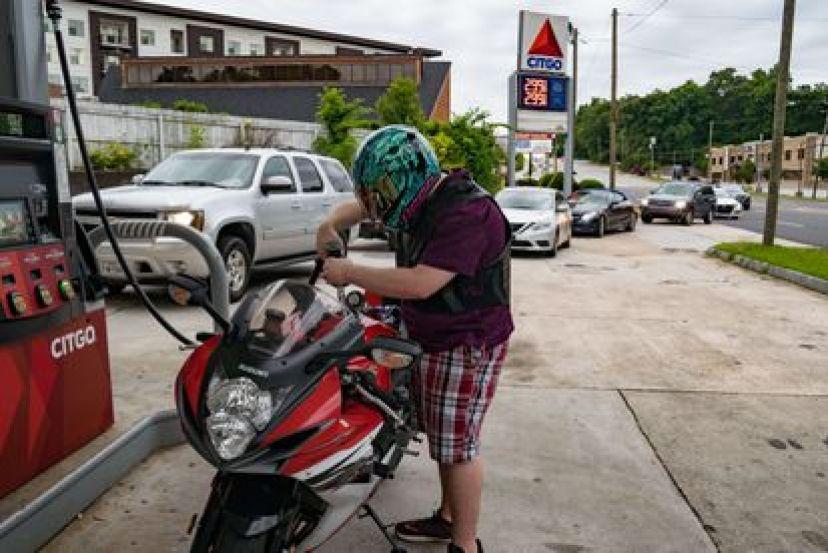 Un hombre llena su motocicleta de gasolina ante el temor por una posible escasez, en Atlanta, este martes.