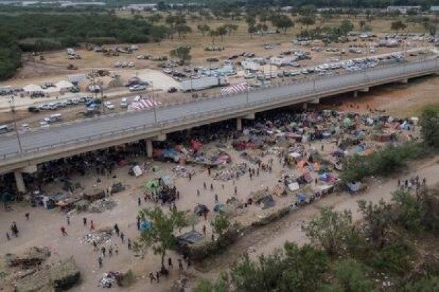 Imagen aérea del campamento de migrantes haitianos bajo el puente internacional de Del Río (Texas), este 21 de septiembre de 2021.