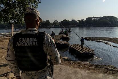 Un miembro de la Guardia Nacional vigila la orilla del río Suchiate, en la frontera entre México y Guatemala en enero de 2021.