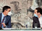 El presidente del Gobierno, Pedro Sánchez (izquierda), conversa con el vicepresidente Pablo Iglesias, durante la reunión del Consejo de Ministros.