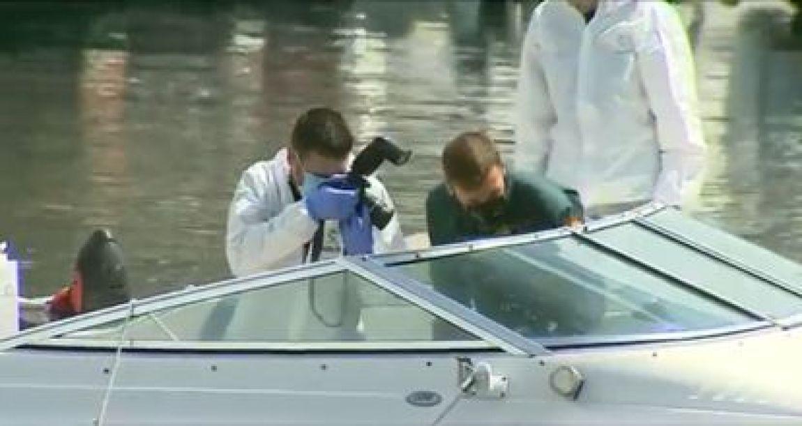 Civil Guard agents inspect Tomás Gimeno's ship on April 28.