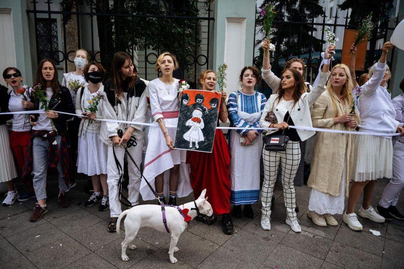Decenas de mujeres protestan contra Lukashenko y en solidaridad con los manifestantes de Bielorrusia, en la Embajada bielorrusia en Moscú, este sábado.