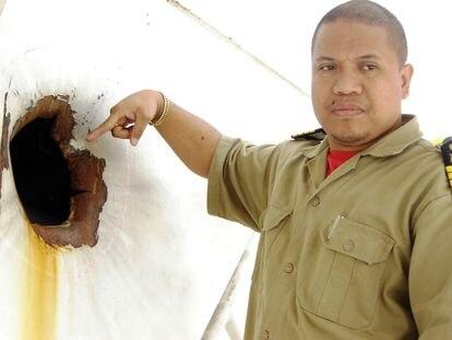 El capitán Jonathan Funa, en una foto datada en 2009 mientras enseña el boquete abierto por una granada lanzada por piratas que trataban de secuestrar su barco a 780 millas náuticas de Mogadiscio.