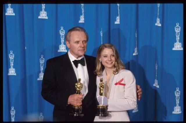 Anthony Hopkins y Jodie Foster sujetan los Oscar que cada uno ganó por su papel en 'El silencio de los corderos' en 1992.