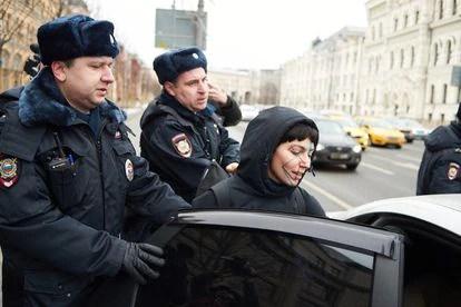 Una activista maquillada para evitar el reconocimiento facial de las cámaras de Moscú, arrestada por la policía en una protesta contra el sistema de videovigilancia, el 9 de febrero de 2020. / IVAN KRASNOV (RTVI)