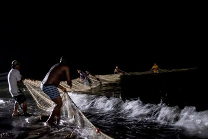 Colombian fishermen support migrants with food.