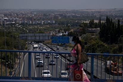 Tráfico en la autovía A-49 (Sevilla-Huelva-Portugal), a la salida de Sevilla, este viernes.
