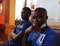Mustafá y Ndiouga en un bar de Las Palmas