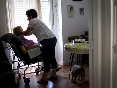 El informe no analiza cómo afecta a las mujeres el recorte en la Dependencia.