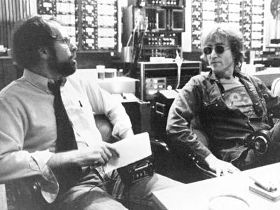 Robert Hilburn con John Lennon en un estudio de grabación de Nueva York en 1980. BOB GRUEN
