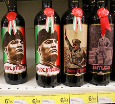 Botellas de vino con la imagen de Mussolini halladas en un supermercado italiano. RUE 89