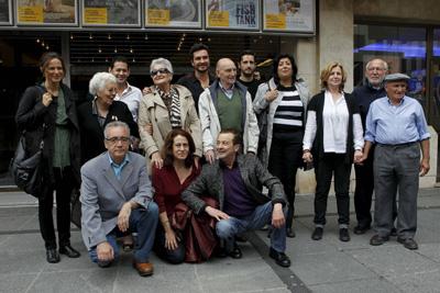 os artistas junto algunos de los familiares de las víctimas a las que han prestado su imagen, ayer, en los cines Princesa de Madrid. GUILLERMO SANZ