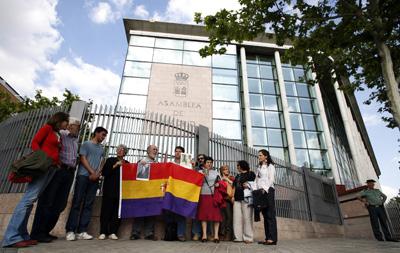 Los familiares, ante la Asamblea de Madrid. MÓNICA PATXOT