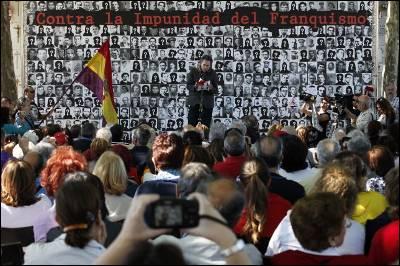 El cantante Miguel Ríos, ayer, durante la lectura de los nombres de los asesinados en el antiguo cementerio del Este de Madrid.