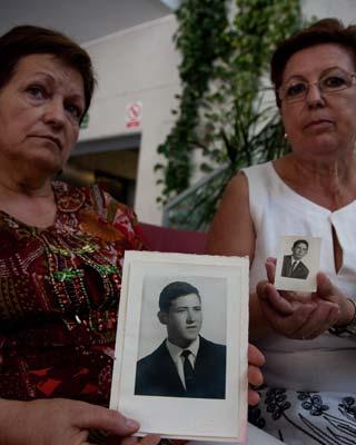 Familiares de dos de los huelguistas asesinados.