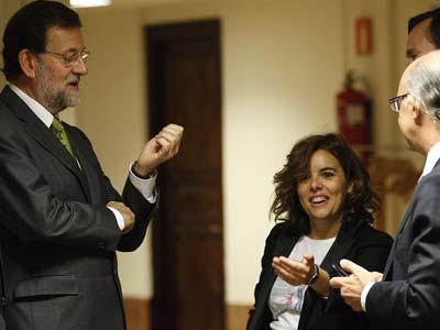 Rajoy, junto a la portavoz popular en el Congreso, Soraya Sáenz de  Santamaría, y el responsable económico, Cristóbal Montoro.