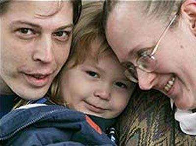 Deborah y Heath Campbell abrazan a su hijo, Adolf Hitler Campbell. AP