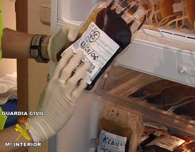 Una de las bolsas de sangre incautadas (Fuente: https://i2.wp.com/imagenes.publico.es/resources/archivos/2011/1/13/1294956026705sangredn.jpg)